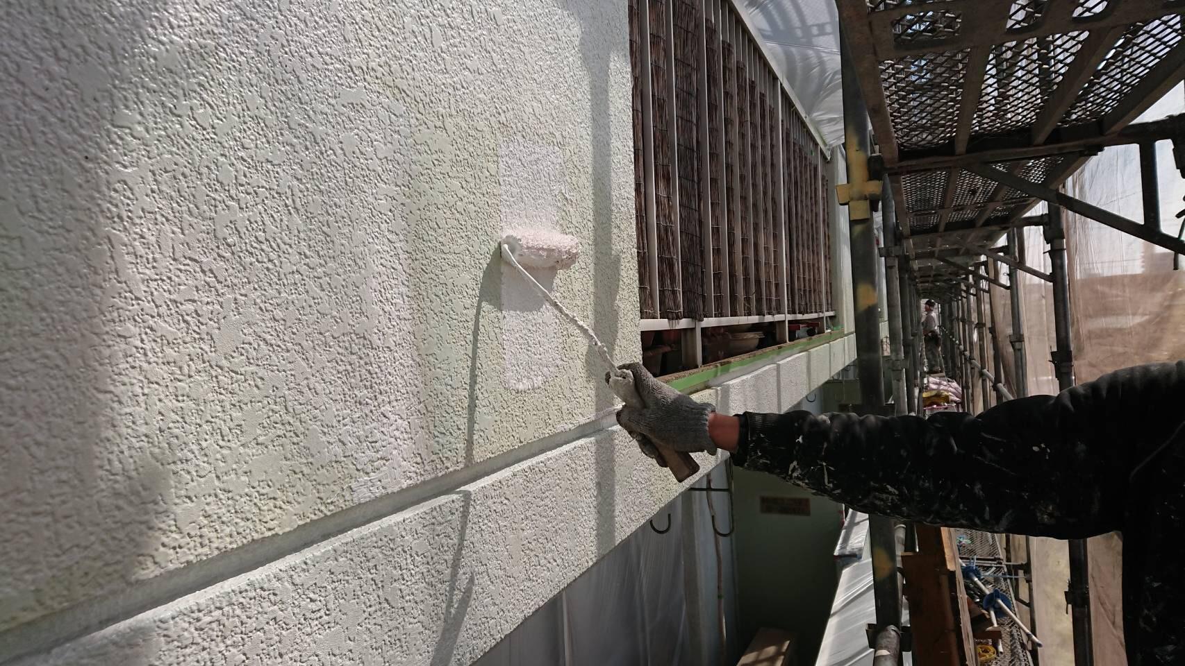 大分市萩原4階建てビル外壁下塗り